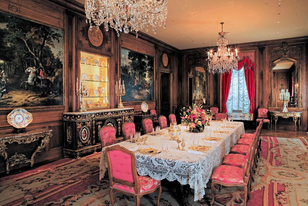 Una de las habitaciones más destacadas de la Mansión Hillwood es el comedor.