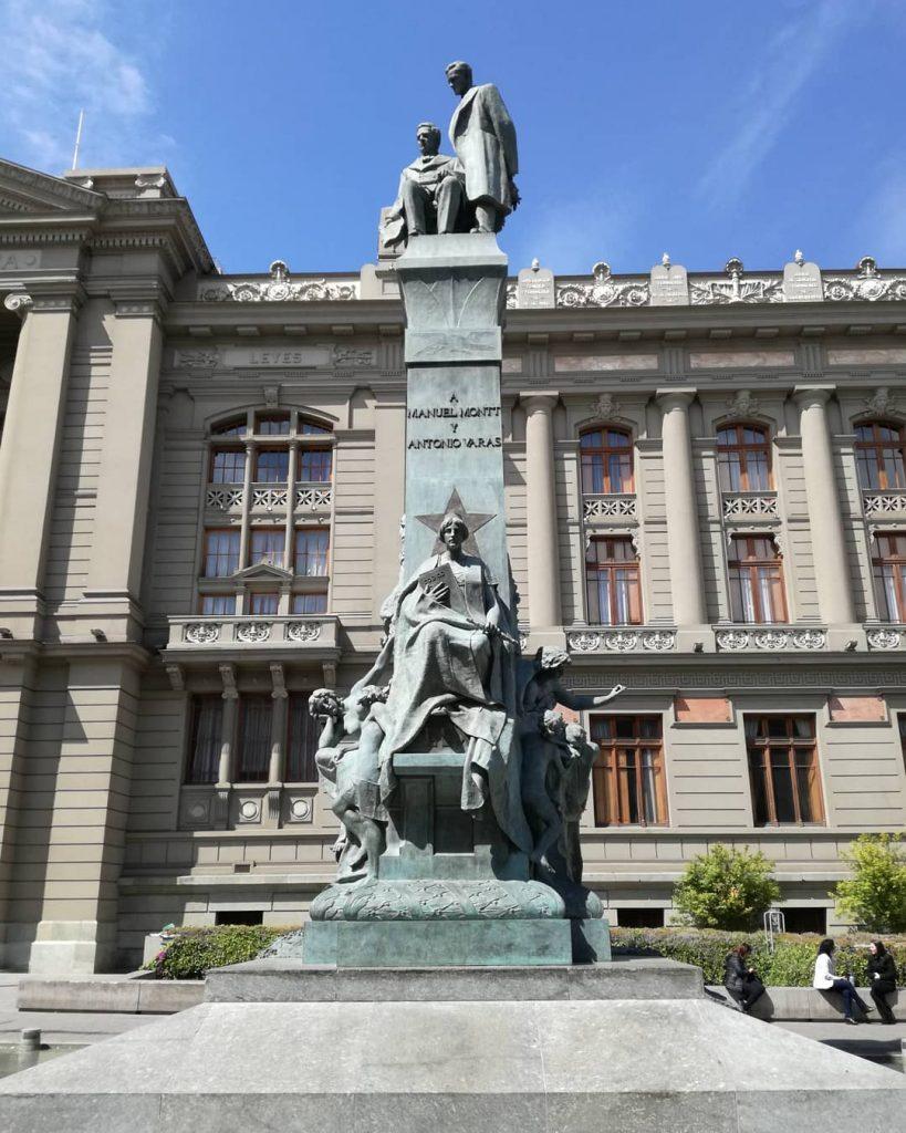 Monumento Montt-Varas en la Plaza de los Tribunales.
